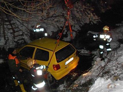 Der Pkw stürzte in Neunkirchen über eine Böschung und landete in einem Bachbett