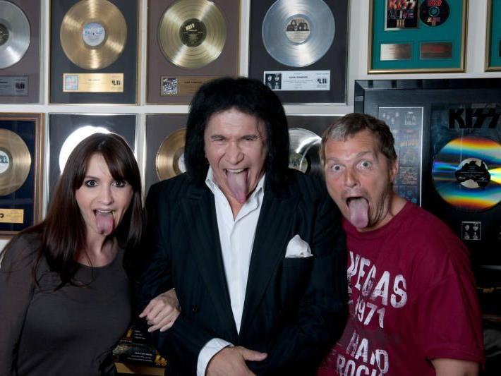 er österreichische Fotografen Manfred Baumann (r) und seine Frau Nelly posieren mit dem Musiker Gene Simmons, der sich von Baumann porträtieren ließ.