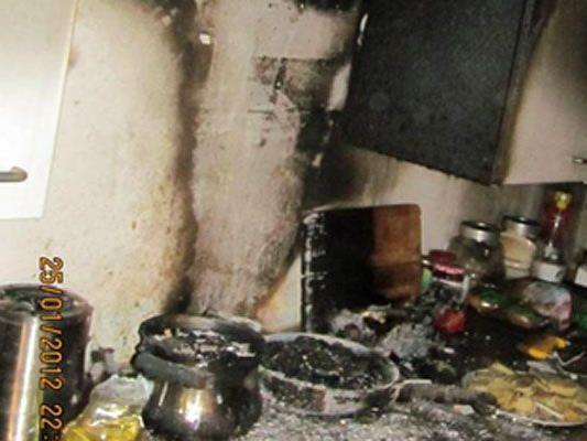 Ein 21-Jähriger wurde bei einem Wohnungsbrand verletzt.