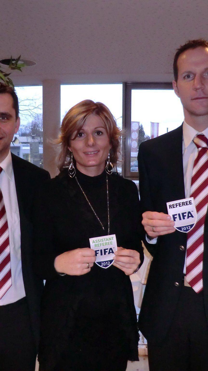 Neues FIFA-Abzeichen für Mario Strudl, Cindy Zeferino und Robert Schörgenhofer.