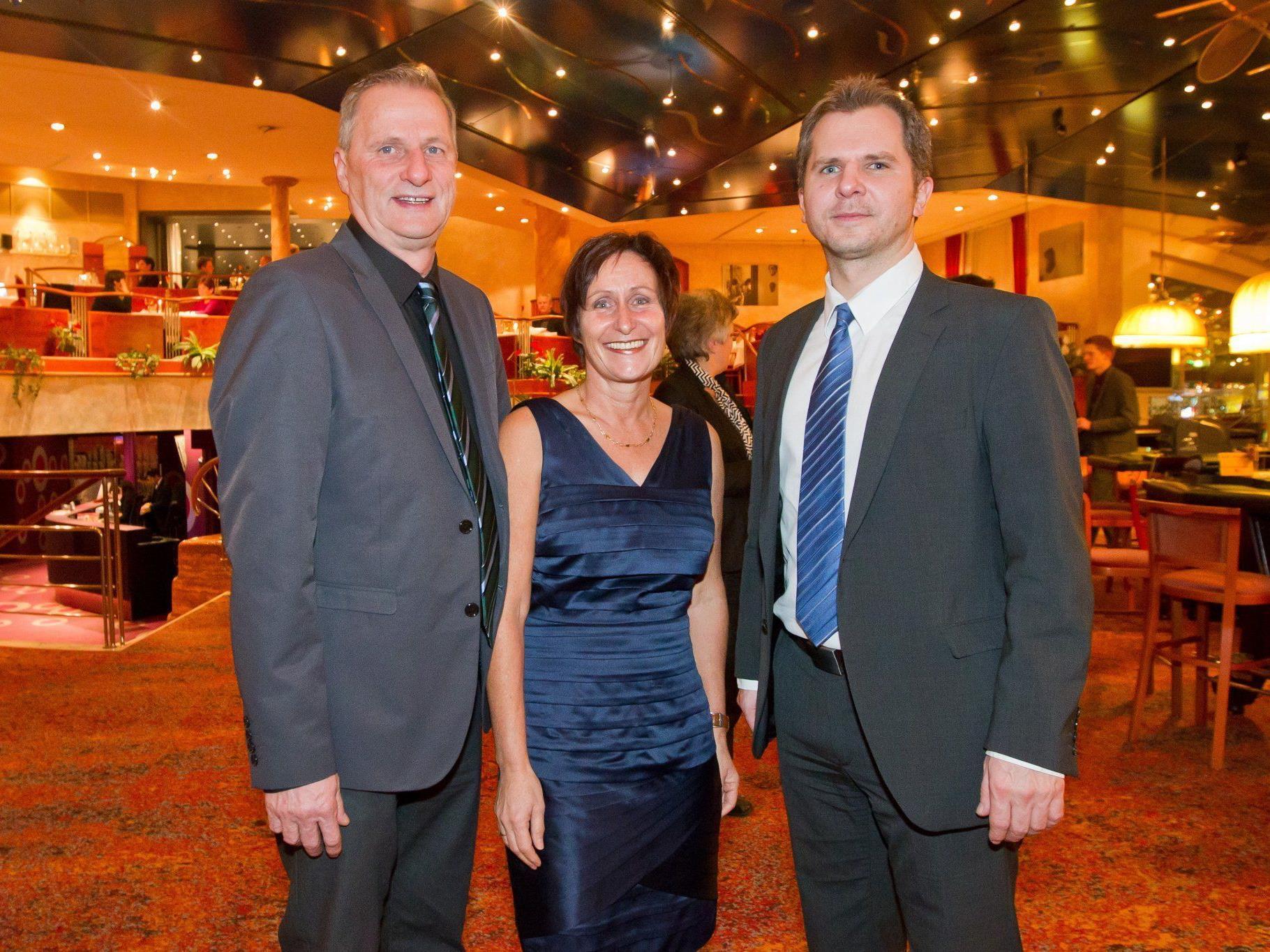 Autosponsor Meinrad und Ingrid Schlichtling mit Gernot Payer.
