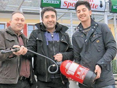 Bekir Tamer, Mehmet und Burak Dag kämpften mit Feuerlöschern gegen den Rauch an.