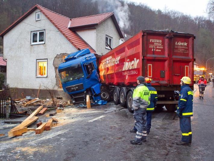 Der Sattelschlepper war auf dem Zubringer zur A71 bei Meiningen-Nord in einer Rechtskurve von der Fahrbahn abgekommen.