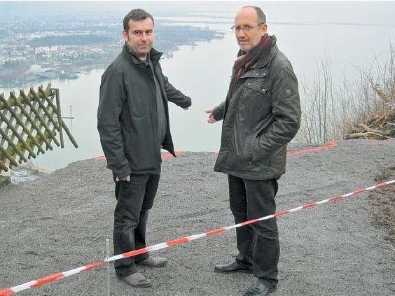 Baumeister Günter Bader und Lochaus Bürgermeister Xaver Sinz begutachten den Hangrutsch.