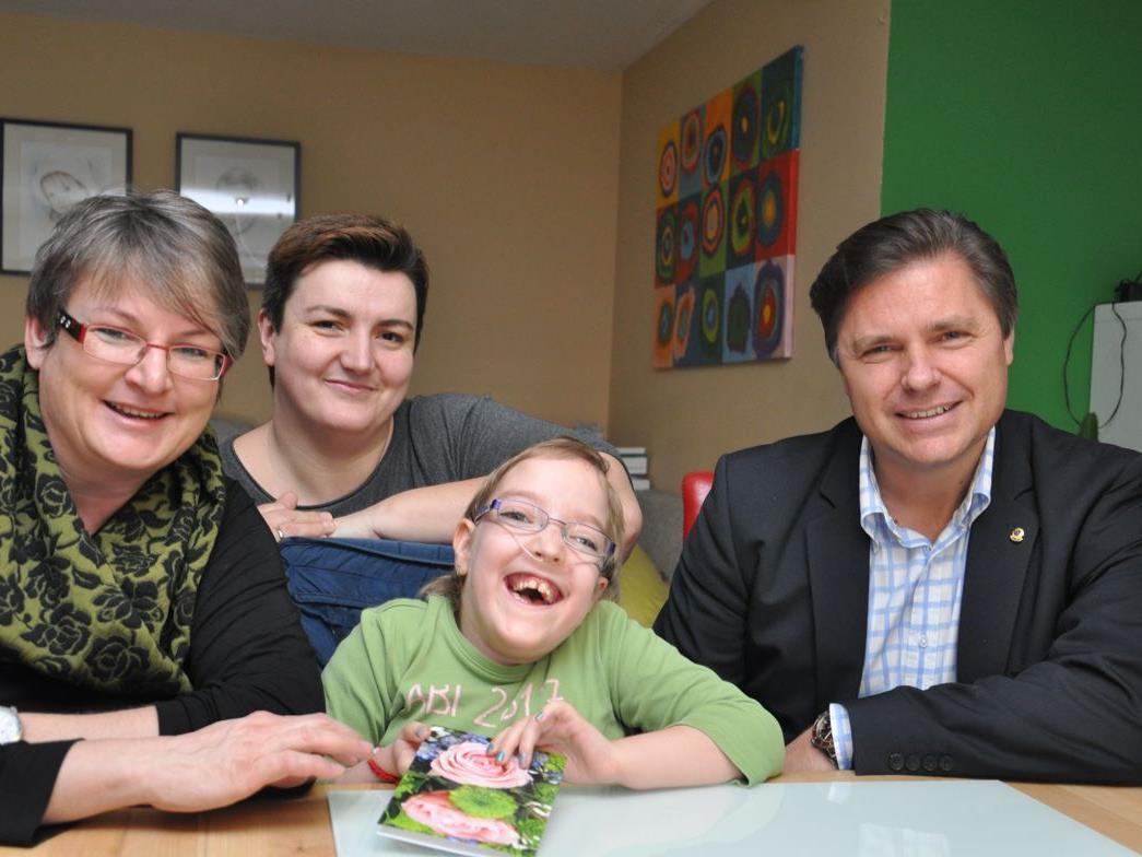 (v.l.) Präsidentin Andrea Fritz-Pinggera, Katharina mit ihrer Mutter Marija & Peter Bernatzik