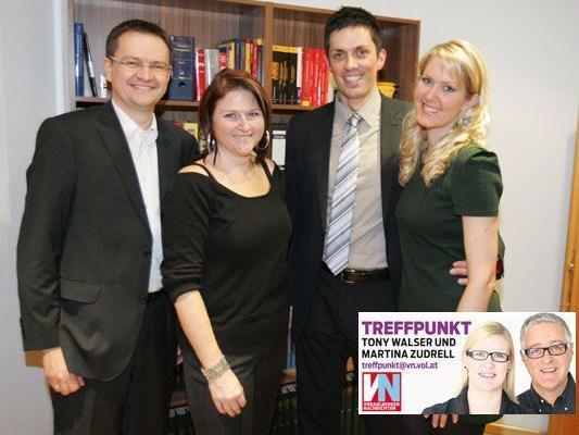 Kanzleifest mit Freunden und Kollegen: (v. l.) Dominik Heimbach mit Lu sowie Renè Vallaster mit Alexandra Fasser und Rechtsanwalt Simon Mathis mit Barbara.