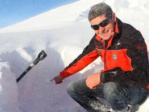 Mit Schaufel und Sonde legt Herbert Strolz die Schneeschichten frei – diese geben Auskunft über die Lawinengefahr.