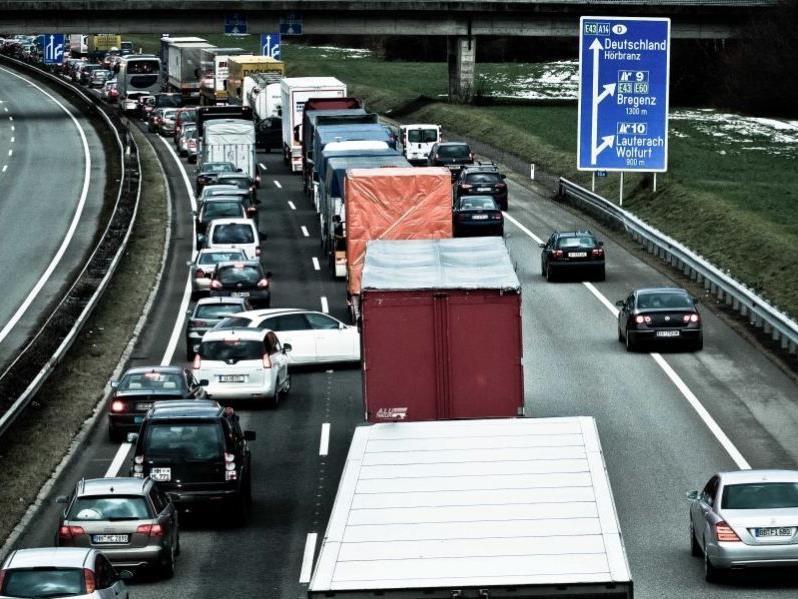 VOL.at-Foto von heute Nachmittag: mit der Rettungsgasse hat mancher noch Probleme.