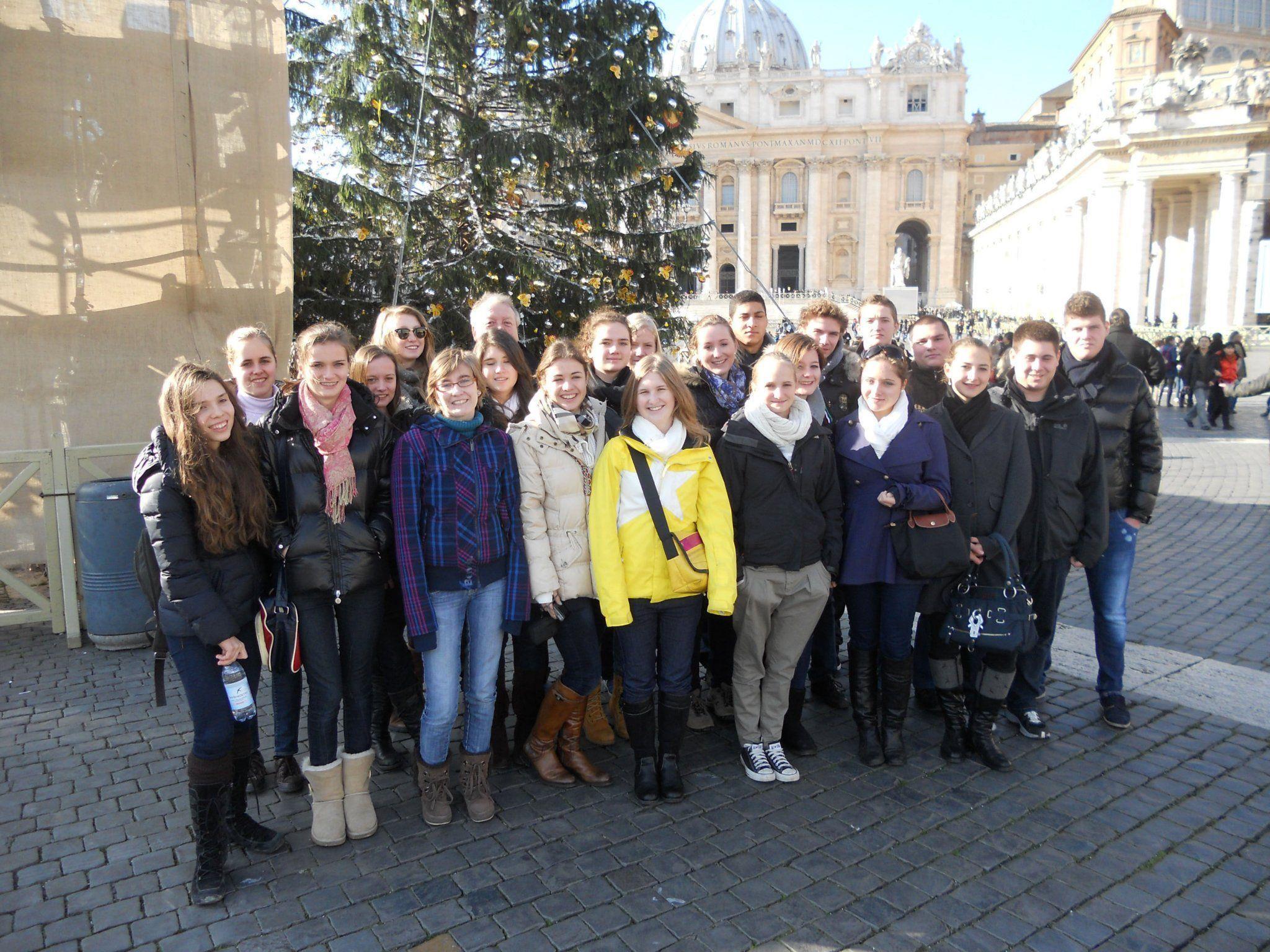 Die Schülergruppe am Petersplatz in Rom.