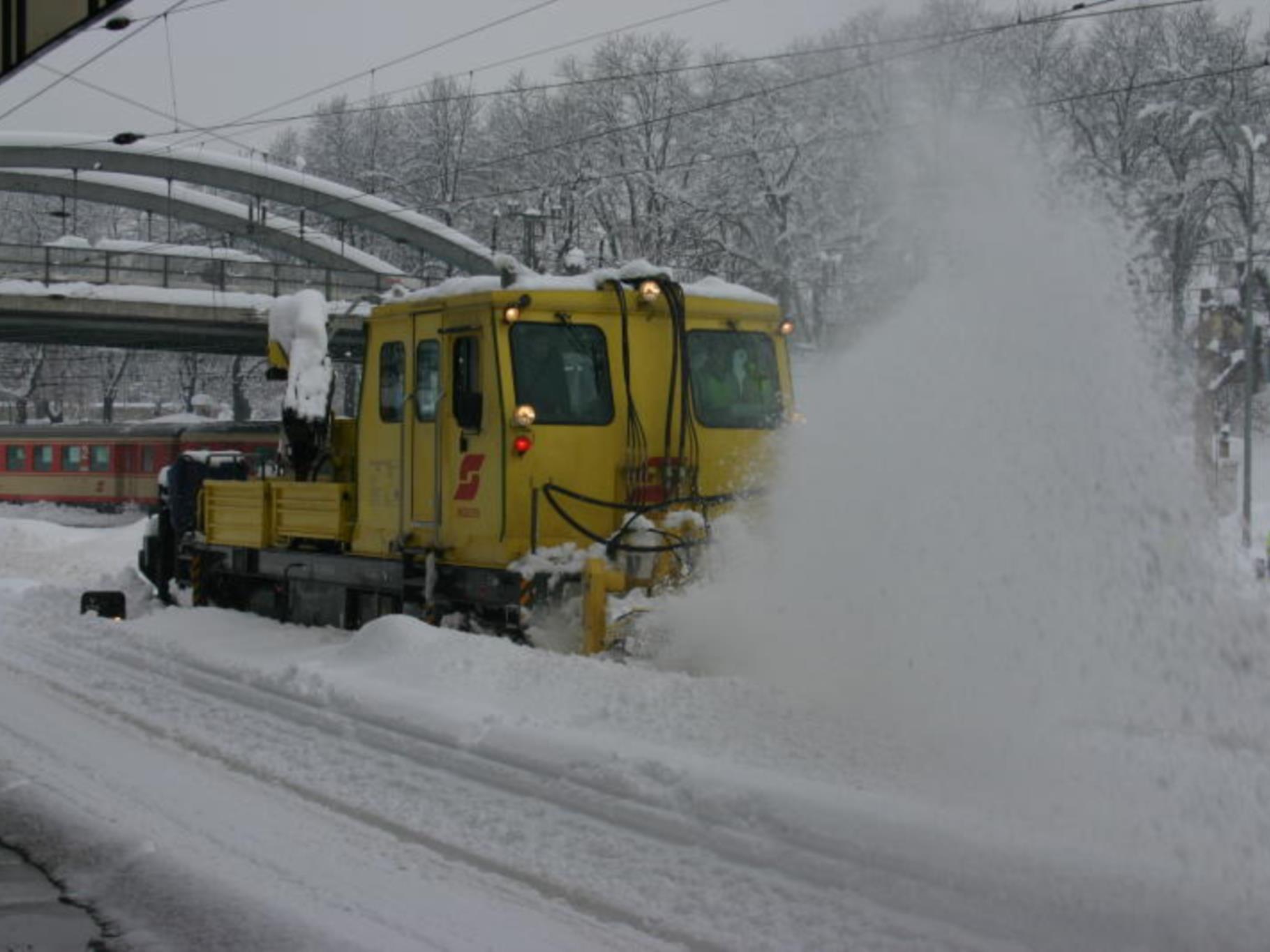 Arlbergbahnstrecke wird von Schneemassen befreit.