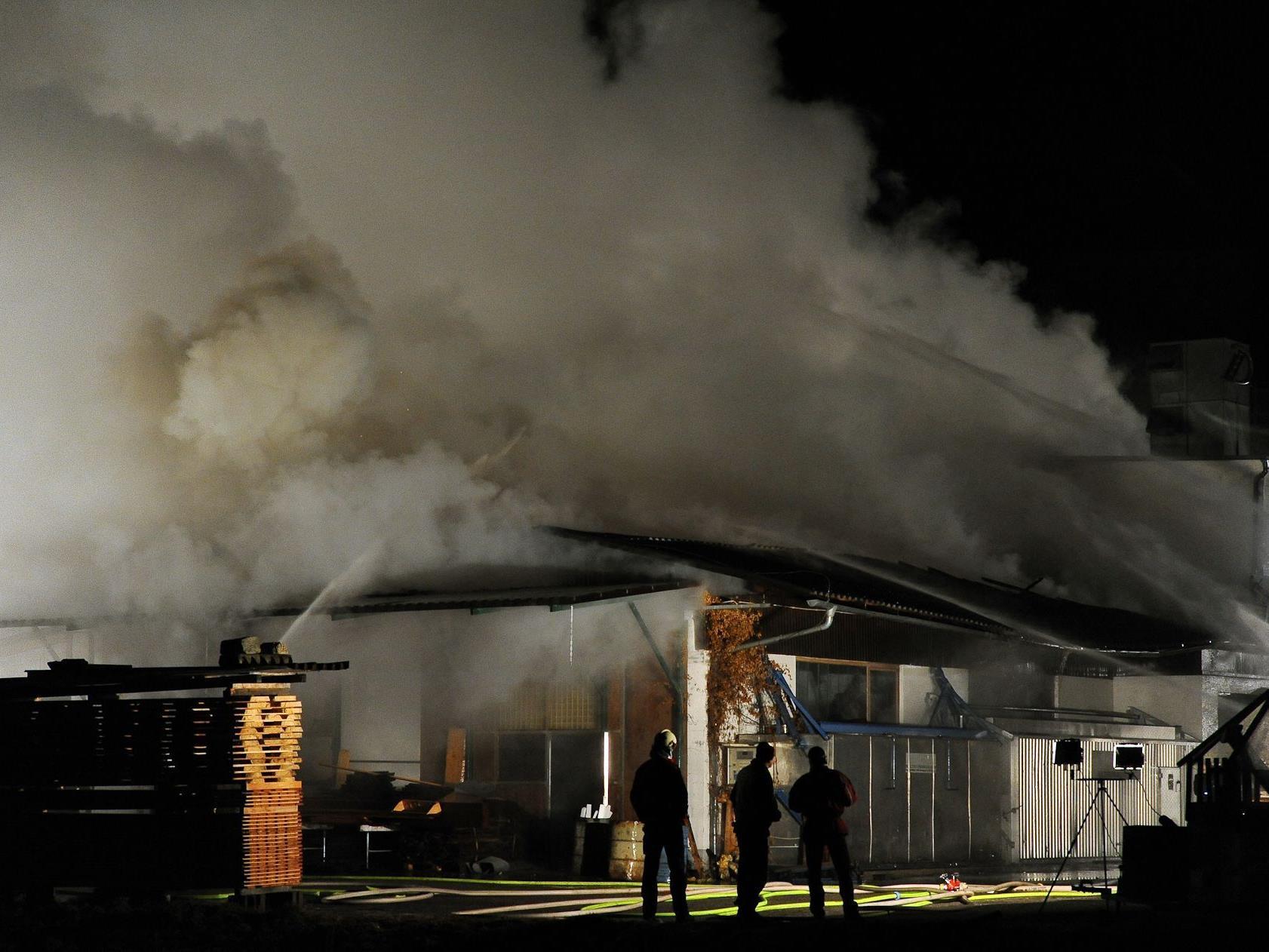 Löscheinsatz der Feuerwehren bei einem Brand der Produktionshalle einer Tischlerei in Kefermarkt.