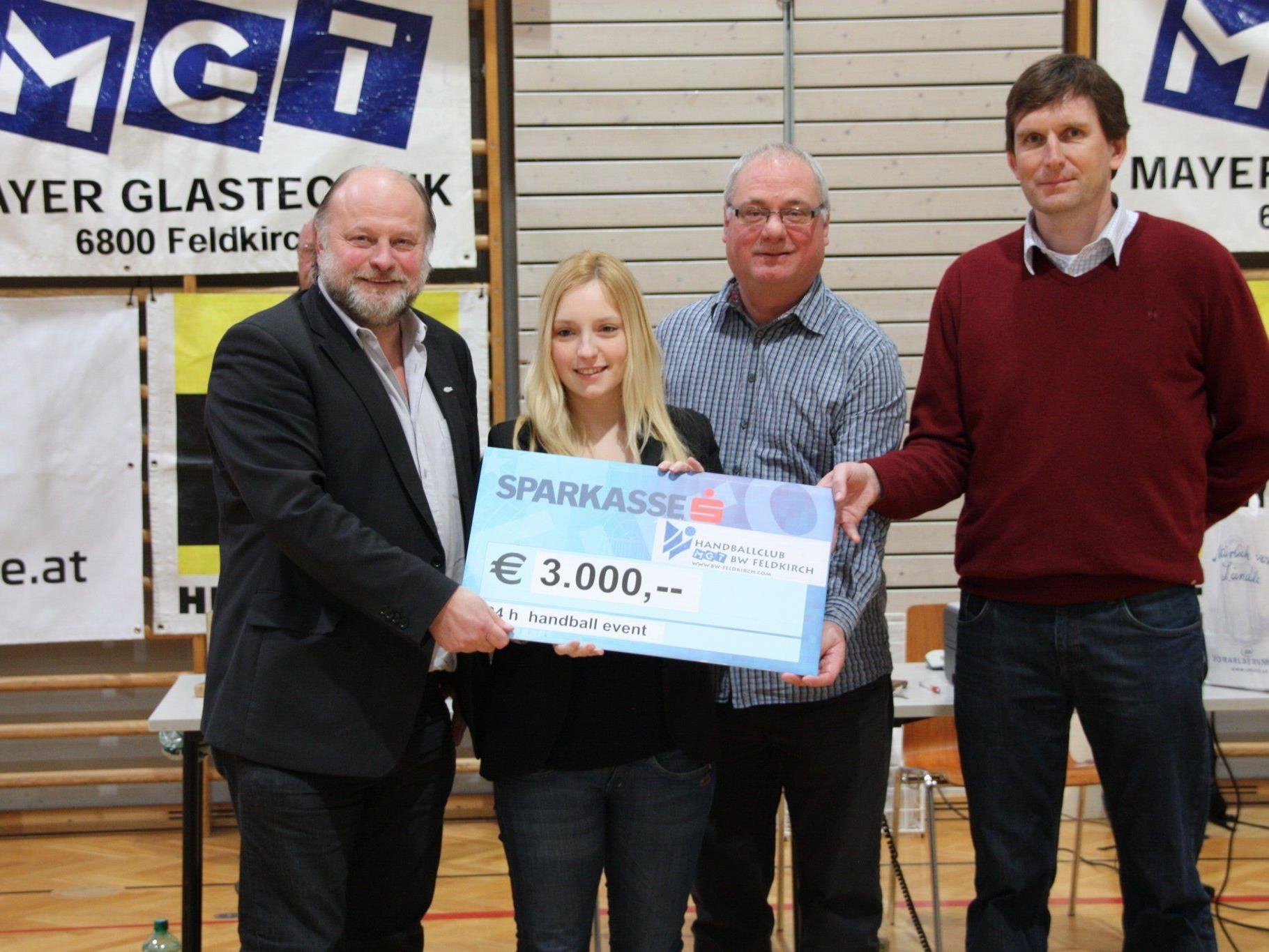 Einen Scheck von 3000 Euro übergaben die HC-Verantwortlichen an das Patenkind Simon.