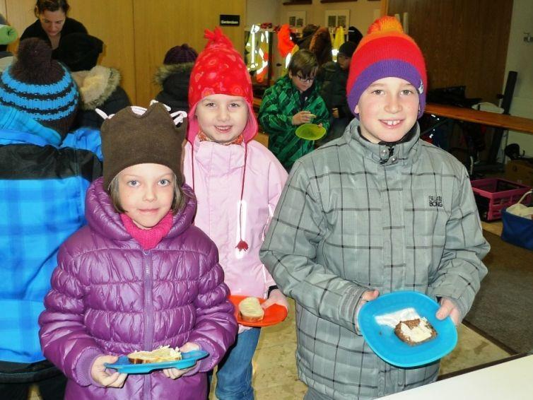 Anna, Emma und David genießen die leckere Gesunde Jause!