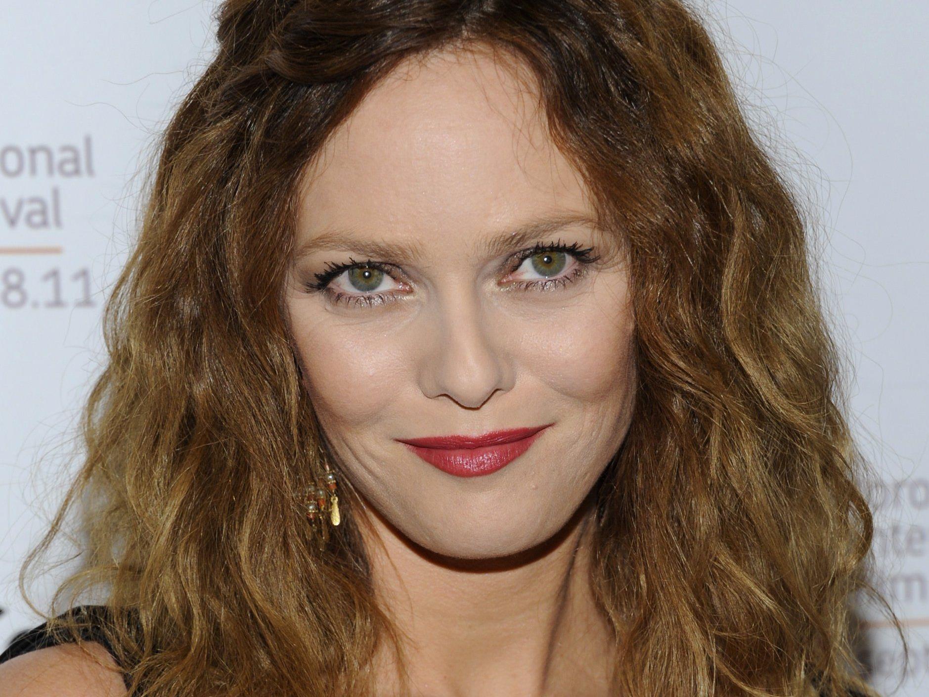 Die französische Sängerin kann die Gerüchte um eine mögliche Trennung von Johnny Depp nur belächeln.