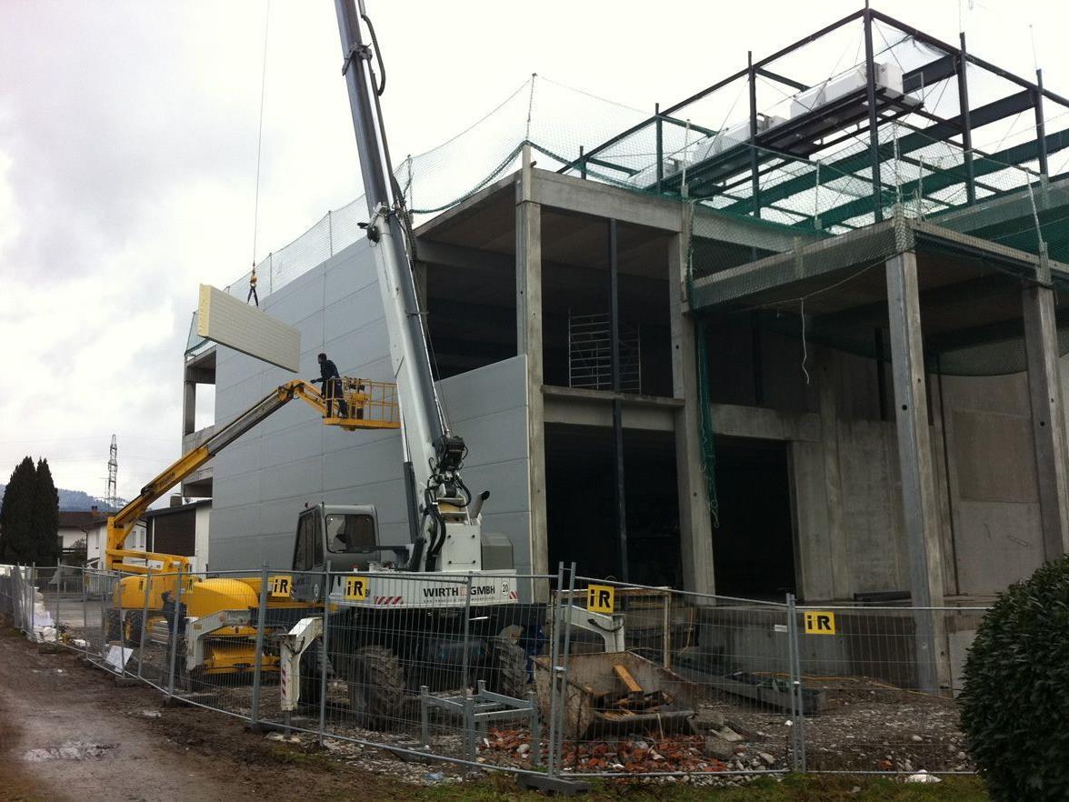 Am Wochenende wurden Fassadenpaneele bei dem Betriebsgebäude angebracht.