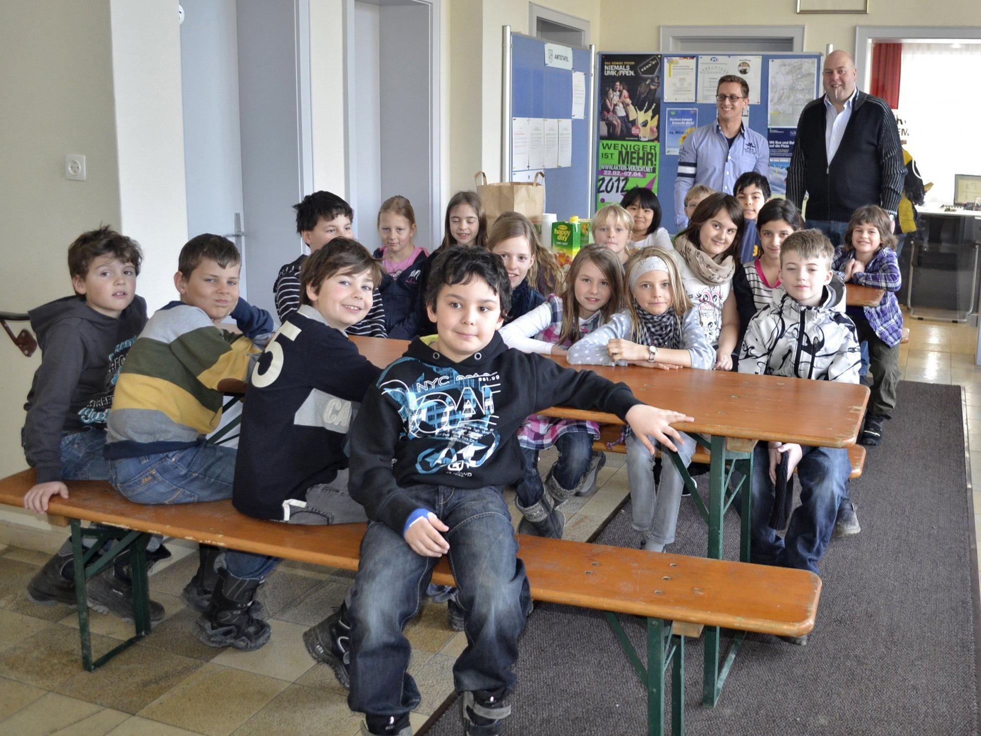 Die dritte Klasse der VS-Meiningen mit Lehrer Ingo Kohlweiß und Bgm. Thomas Pinter.