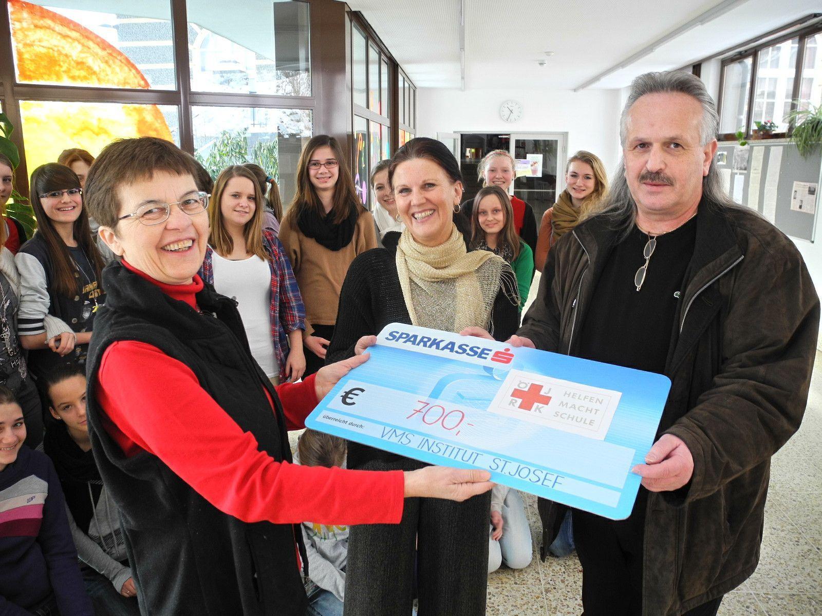 (l.) Doris Schmidinger überreicht Martin Linert den Scheck, in der Bildmitte BSI Maria Kolbitsch