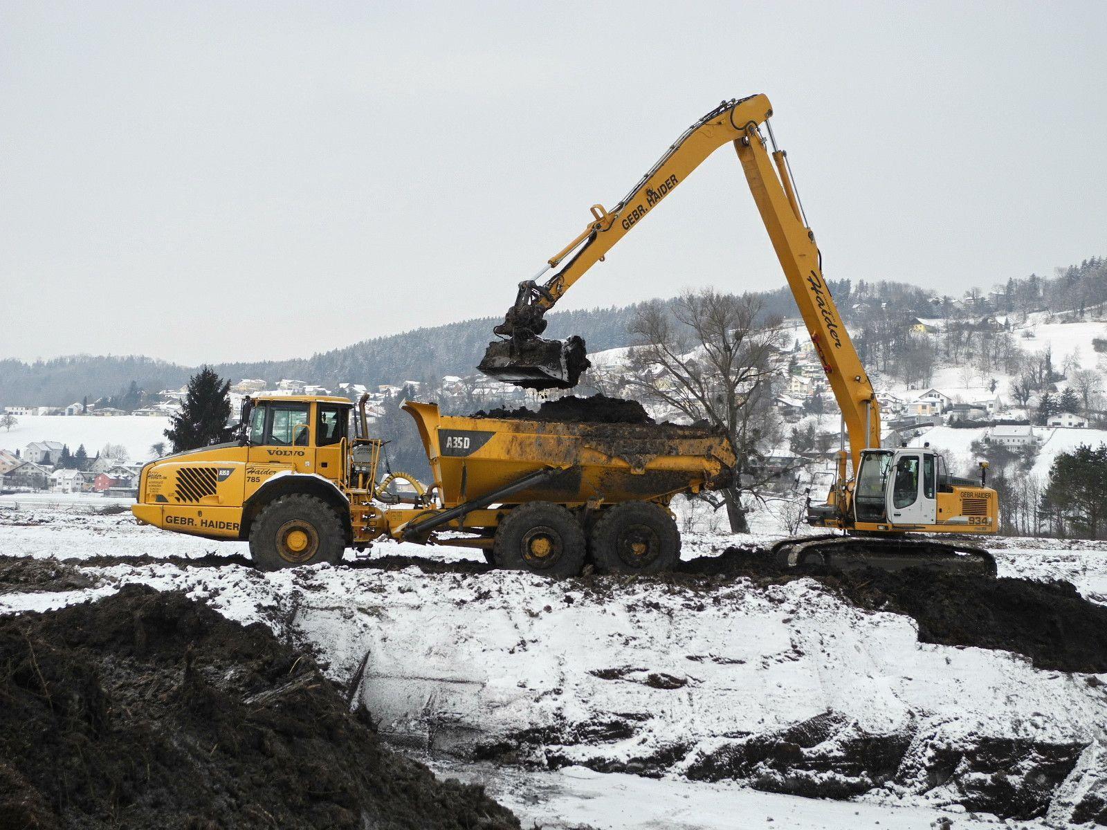 Die extreme Kälte bietet den Baggern und LKW optimale Arbeitsbedingungen