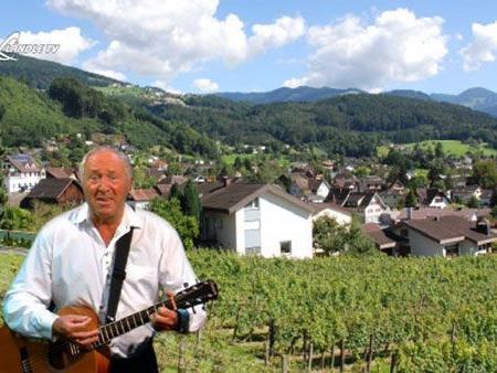 Erich Nachbaur singt über seine Heimatgemeinde Klaus