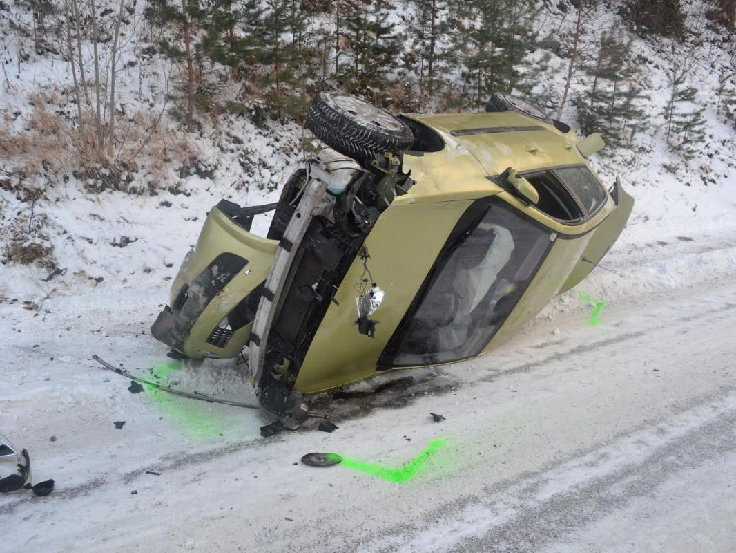 Überschlagen hat sich dieser Pkw bei Pitten auf der Schneefahrbahn