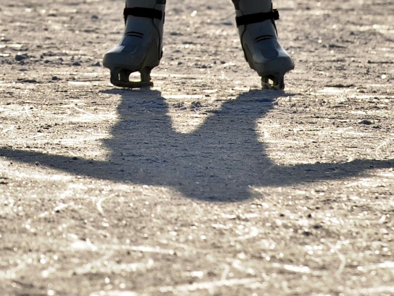 Das Eis unter seinen Füßen brach plötzlich ein.
