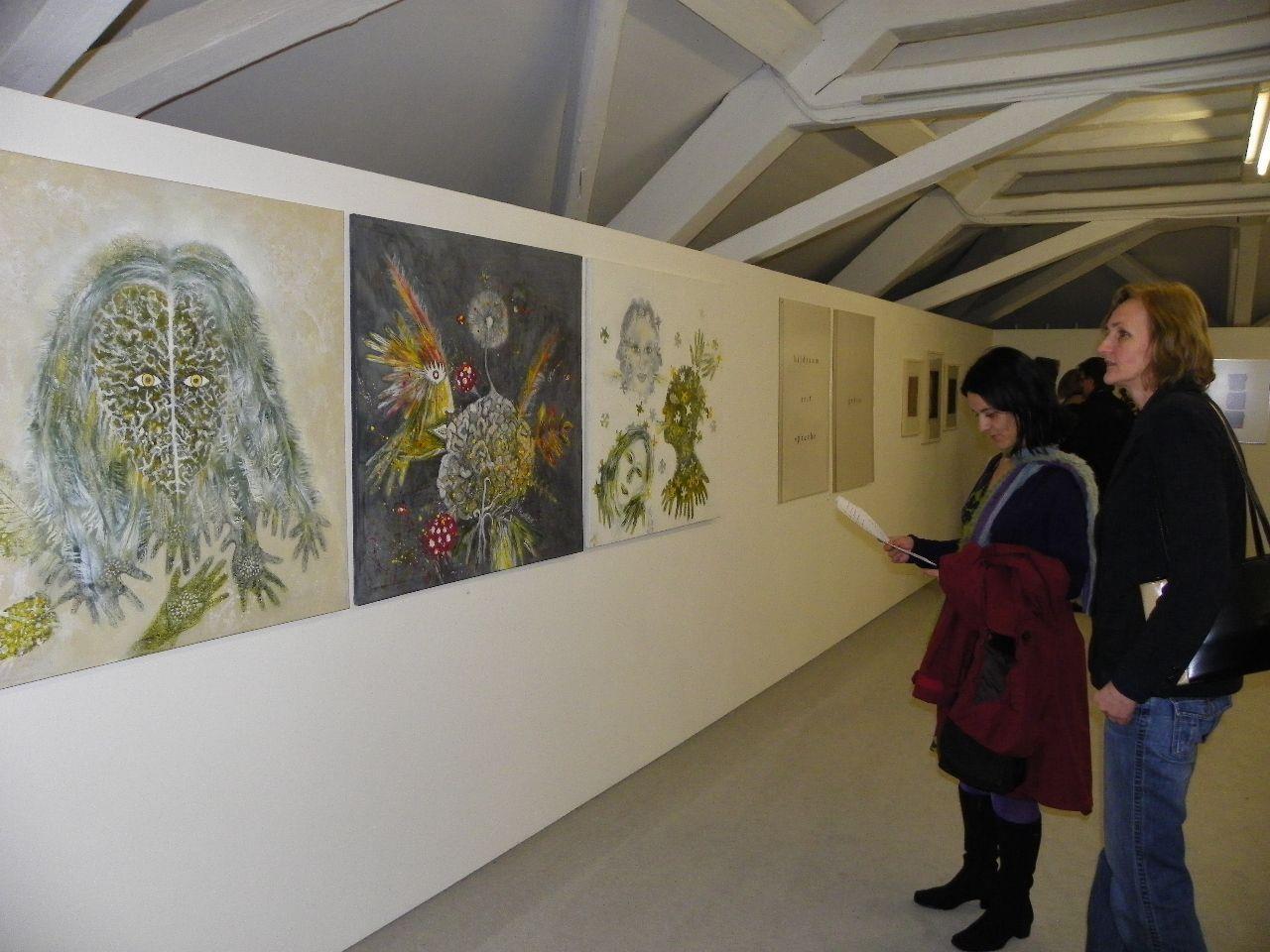 Interessierte Besucherinnen in der Ausstellung