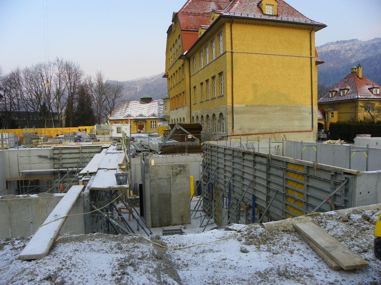 Baustelle präsentiert sich noch schneebedeckt