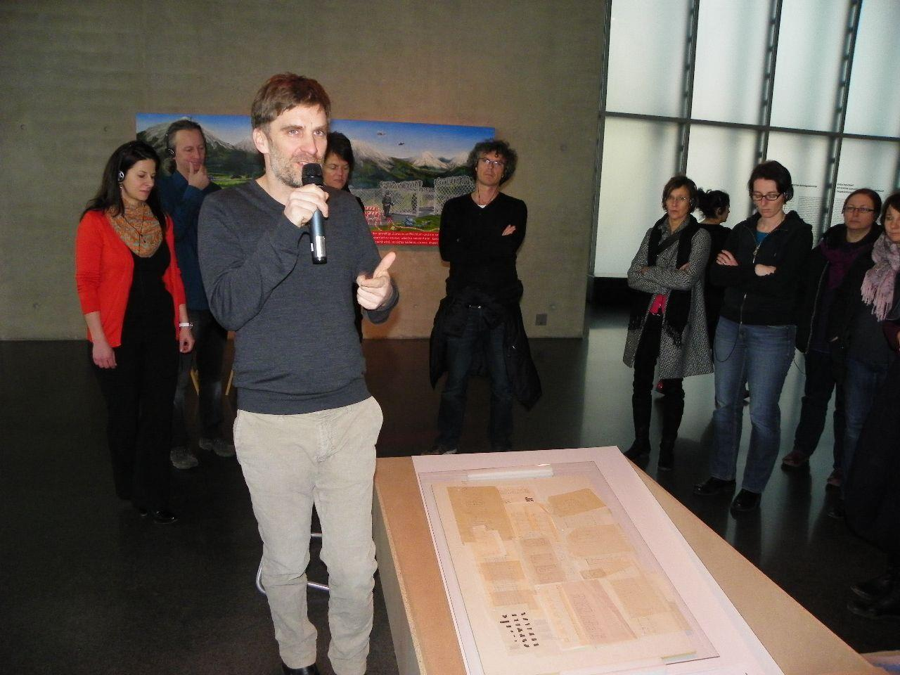 Winfried Nußbaummüller erläutert die Ausstellung in der KUB Arena