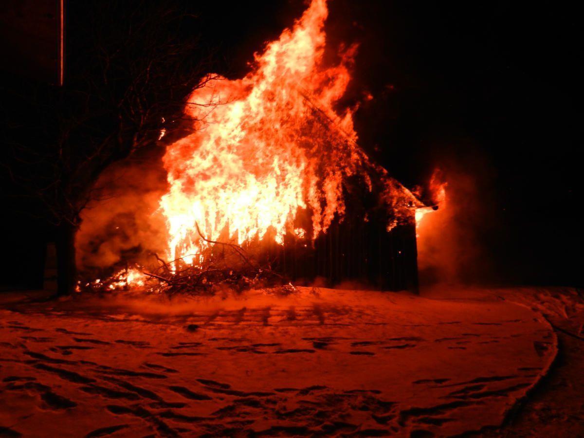 Ein Übergreifen der Flammen auf ein benachbartes Wohnhaus musste verhindert werden