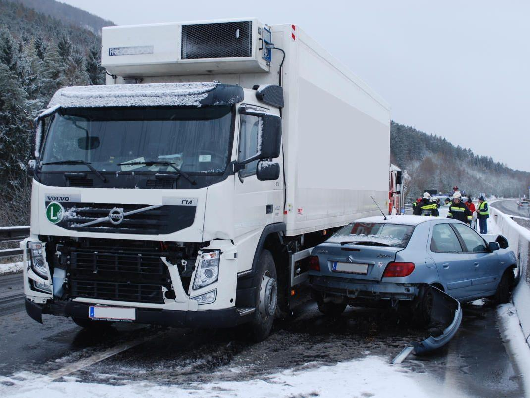 Schneeglatte Fahrbahn führte zu diesem Crash