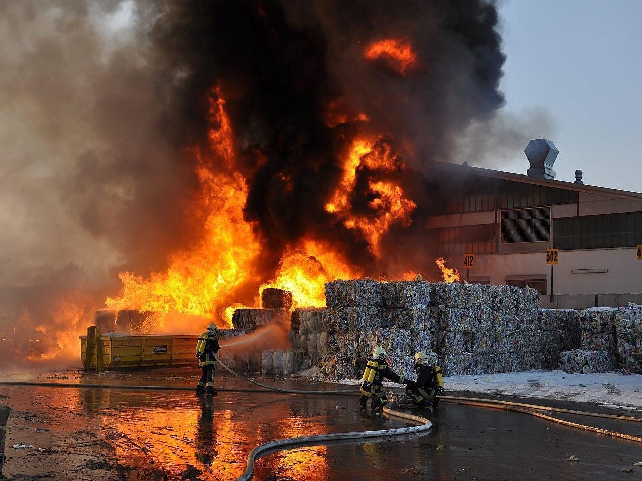 In Flammen ging diese Recycling-Firma in Leopoldsdorf auf