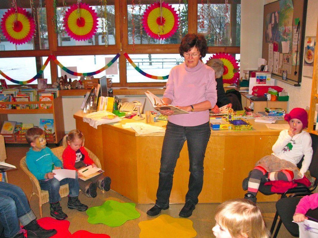 Rosi Hilbrand begeisterte die vielen Kinder mit Geschichten und Reimen in der Bücherei Nofels
