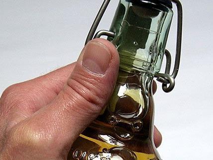 Der Randalierer warf mit Flaschen nach Umstehenden