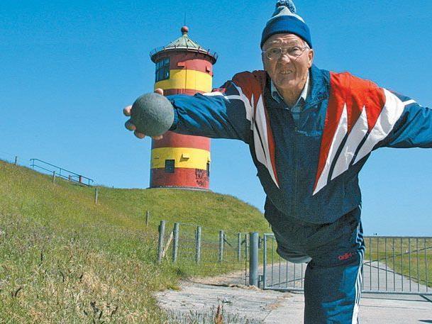 """Fleu herut"" – werfe weg. Hermann Jansen ist Profi – hinter dem Deich zeigt er, wie's geht"