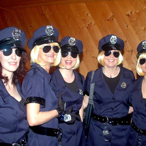 """Genügend """"Sicherheitspersonal"""" im Gemeindesaal beim diesjährigen Feuerwehrball."""