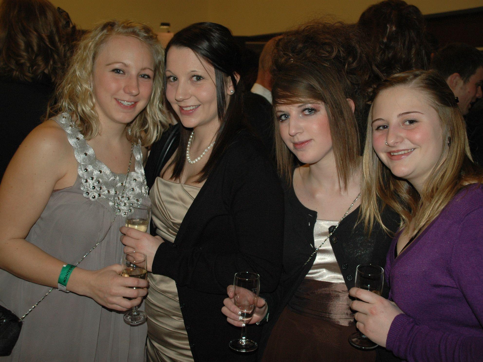 (v.l.) Selina, Isabell, Marina & Ilona feierten ausgelassen beim Diplomball in Feldkirch