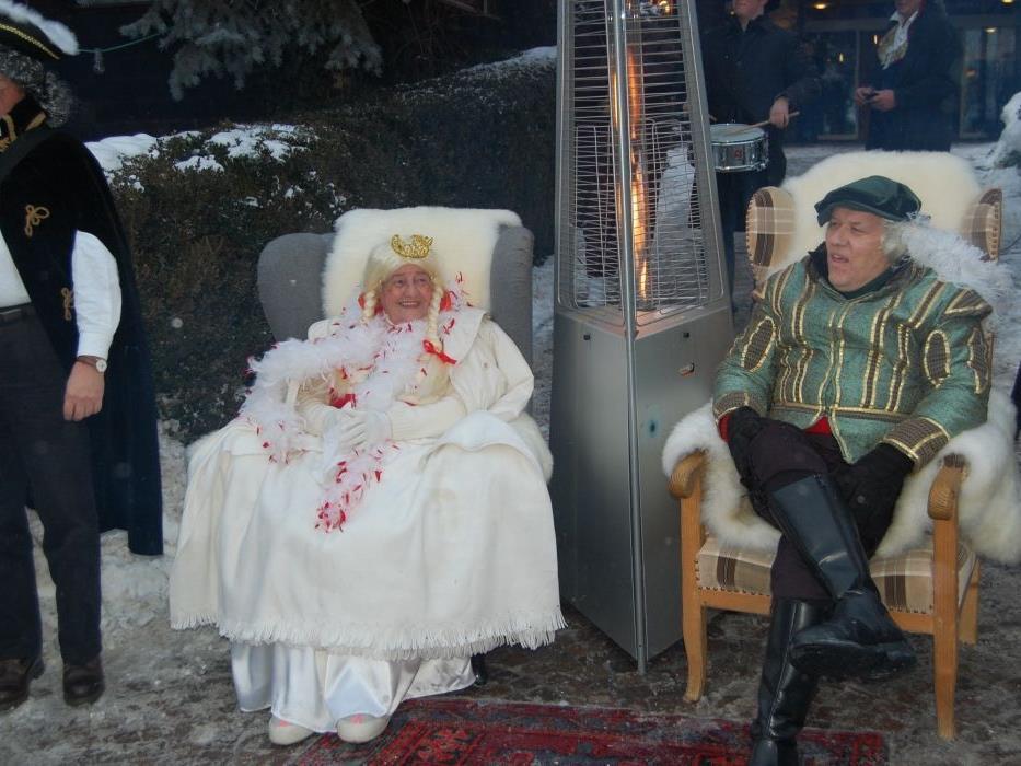 Fürst und Fürstin wurden gebührend an der Staatsgrenze empfangen.