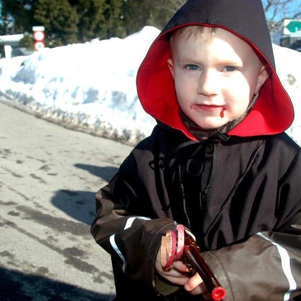 Kleine aber auch Große Vampire beim Faschingsumzug in Doren.