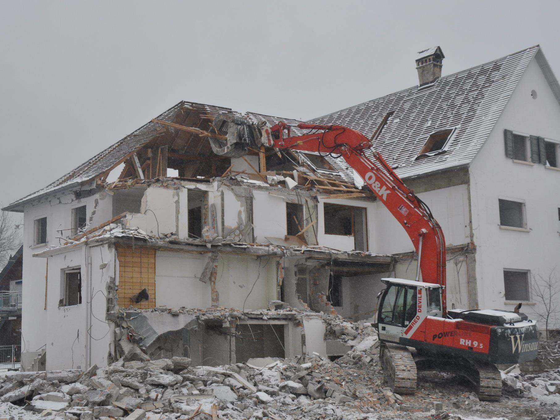 Das ehemalige  Büro- und Wohnhaus fällt der Spitzhacke zum Opfer.