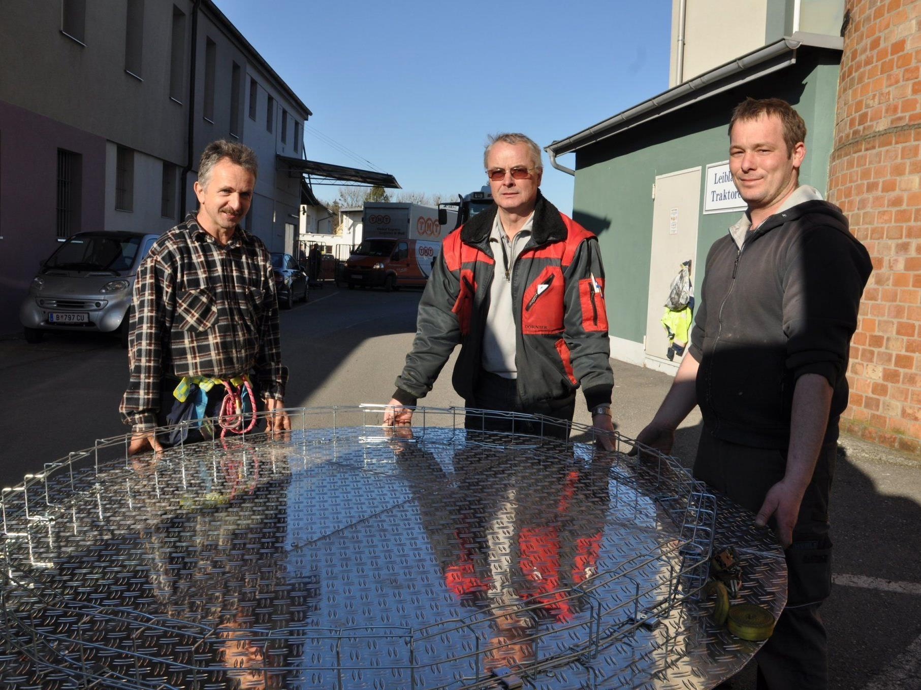 (v.l.) Mario Boschi, Richard Hehle und Markus Hehle mit der Stahlabdeckung für den Turm.