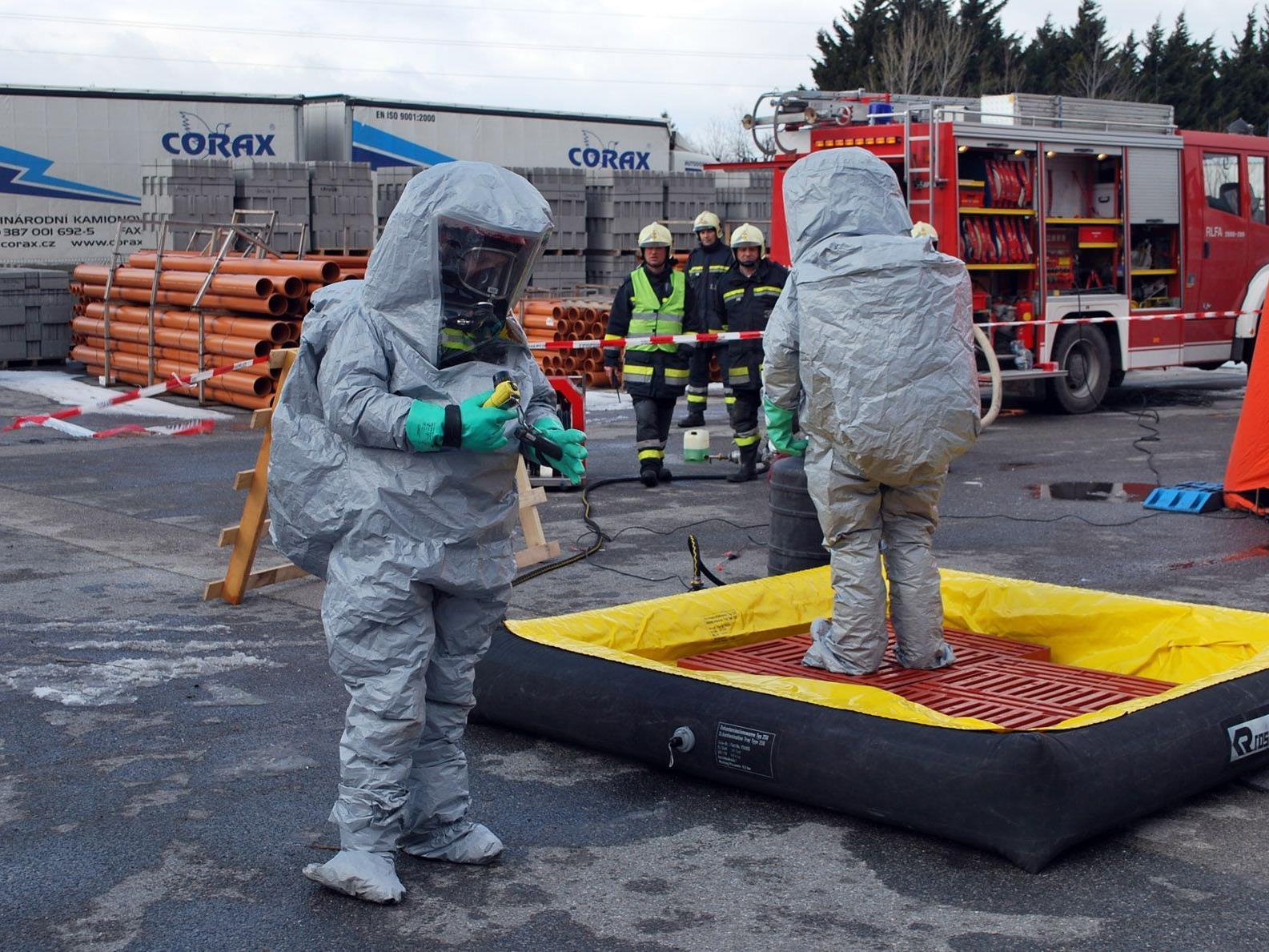 Wie Astronauten mussten sich die Feuerwehrmänner der Gefahrenstelle nähern