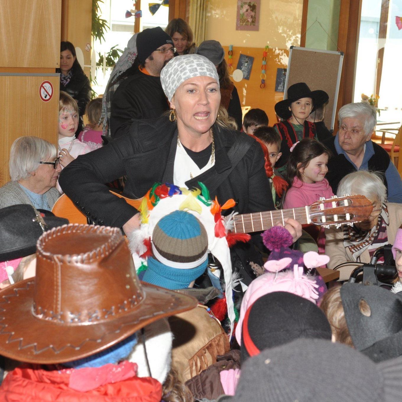 Mit fröhlichen Liedern stellten sich die Kindergärtler bei den Bewohnern im Sozialzentrum ein