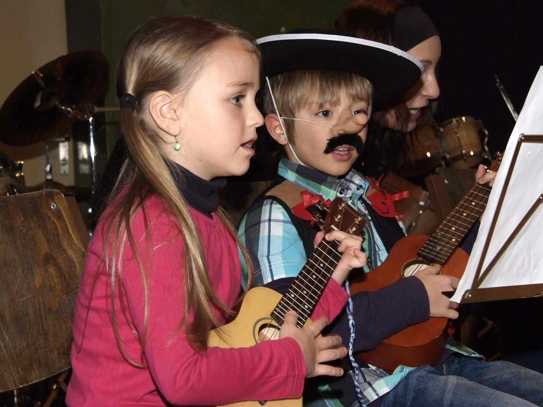 Singen und Spielen gleichzeitig ist für die kleinen Ukulele-Künstler kein Problem.