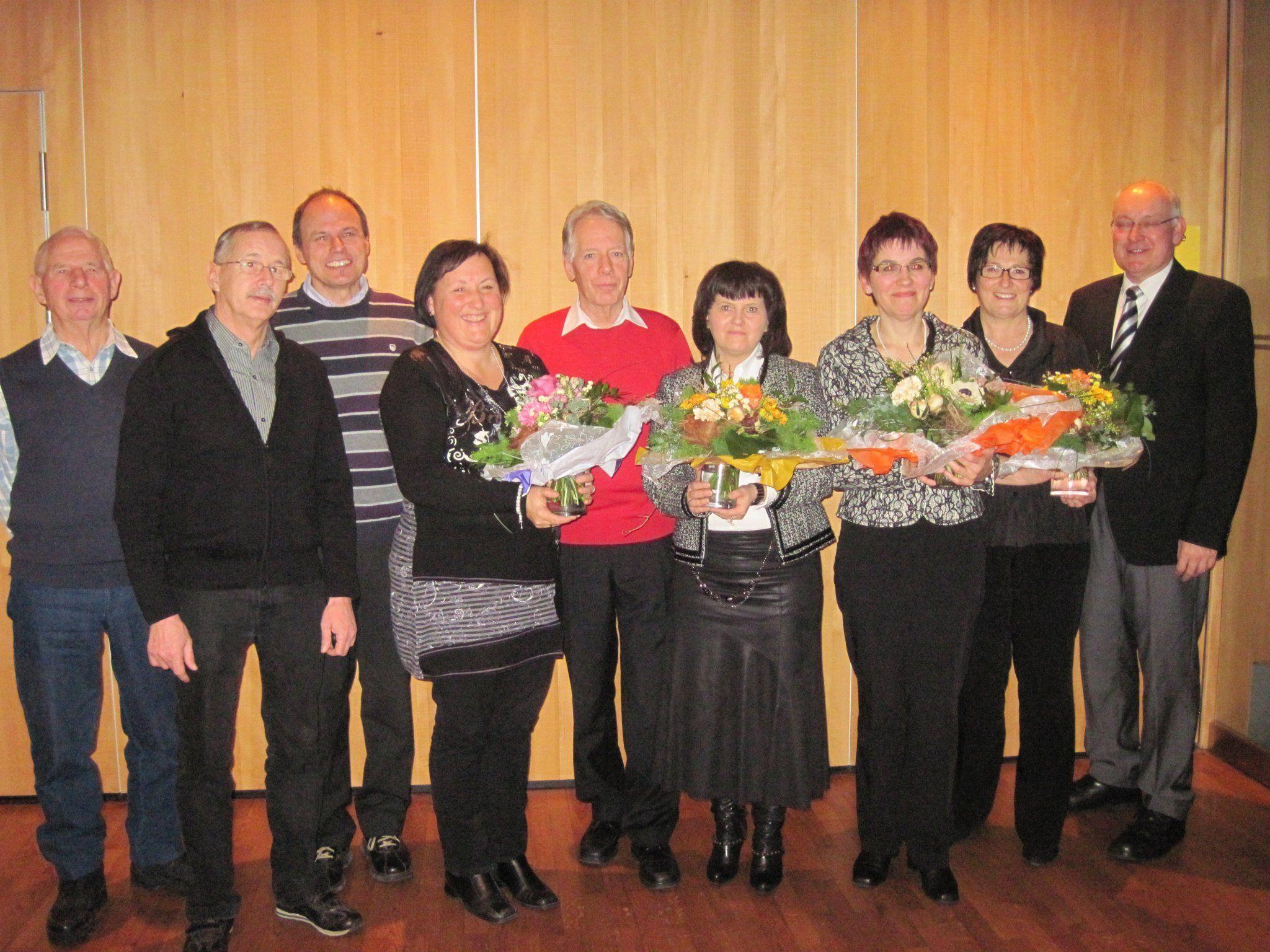 Die geehrten Mitglieder mit Obmann Toni Tschann und Chorleiter Josef Bachmann