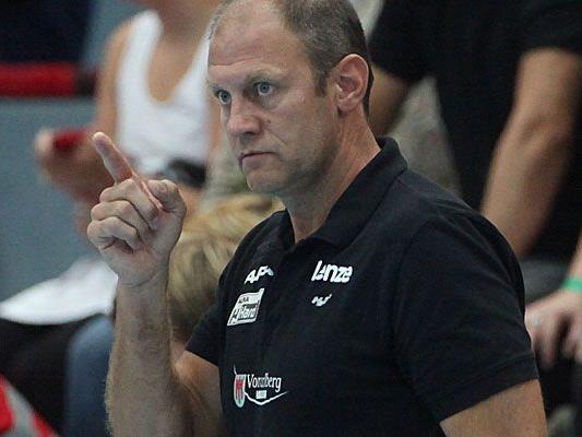 """Hard-Coach Markus Burger zeigt die Marschrichtung vor – und will mit seinen """"Roten Teufeln"""" heute unbedingt den Sieg im Viertelfinale des ÖHB-Cup gegen Margareten."""