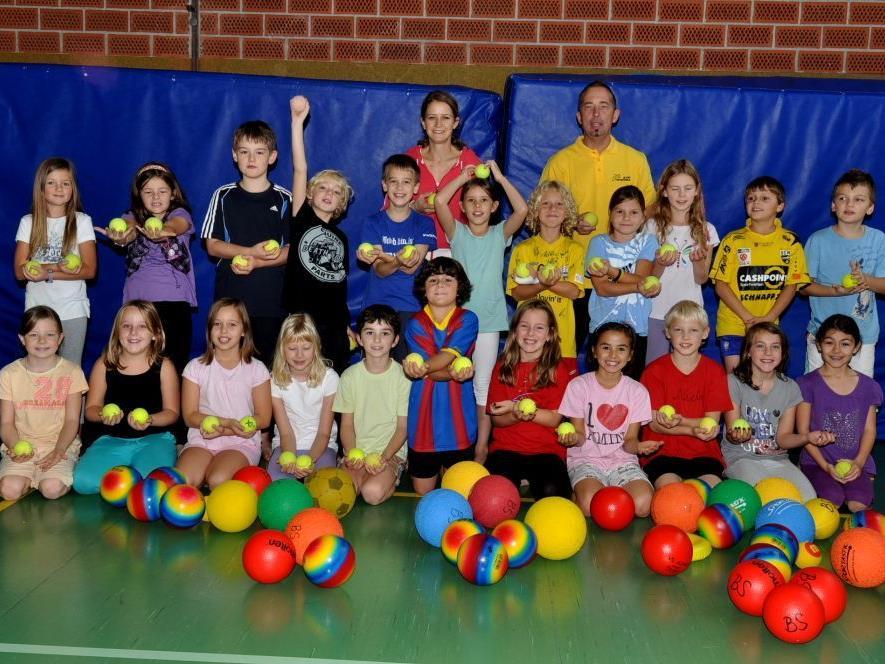 Mit viel Freude absolvieren die Kinder ihre tägliche Sporteinheit, wie hier die Ballschule.