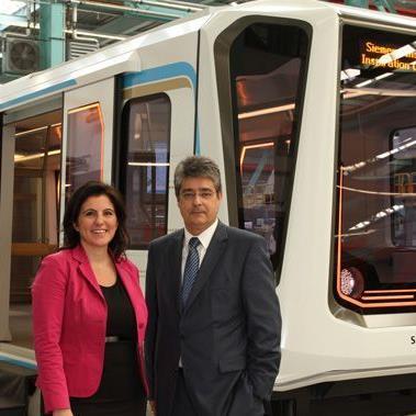 Im Vordergrund die Siemens-Chef, im Hintergrund eine neue Straßenbahn für die asiatischen Markt