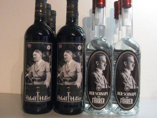 Schnaps und Wein mit Hakenkreuzen und Hitler-Bild auf den Flaschen.