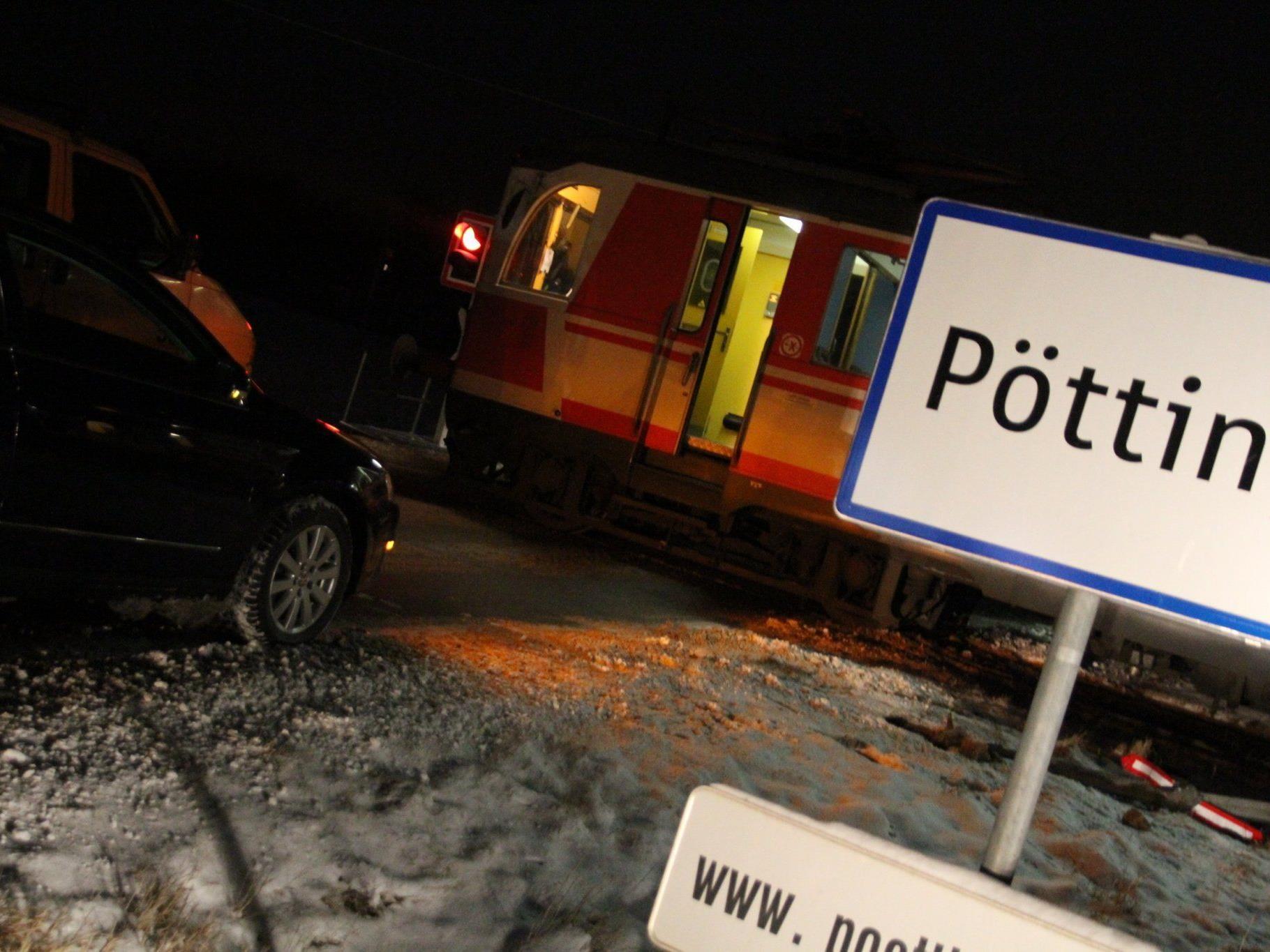 Lkw und Triebwagen wurden bei dem Zusammenstoß schwer beschädigt.