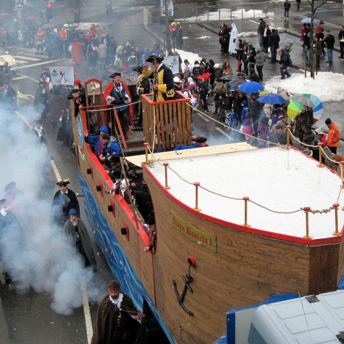 Auf dem Piratenboot grüßte das Prinzenpaar sein närrisches Volk